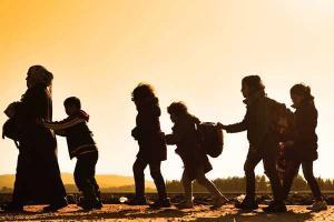 Φωτογραφία με γυναίκα που οδηγεί πέντε παιδιά πίσω της στοιχισμένα το ένα πίσω απ'το άλλο