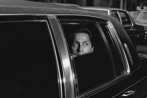 μαυρόασπρη φωτογραφία, άνδρας μέσα σε αυτοκίνητο