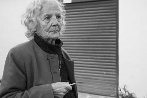 φωτογραφία εκδήλωσης, ασπρόμαυρη φωτογραφία, πορτραίτο ηλικιωμένης γυναίκας