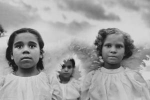 ασπρόμαυρη φωτογραφία, παιδάκια ντυμένα άγγελοι