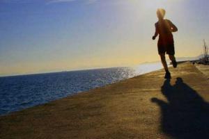 ένα παιδί τρέχει δίπλα στη θάλασσα