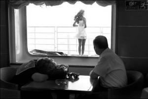 άνδρας σε πλοίο κοιτάει μία γυναίκα από το παράθυρο