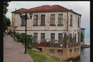 Οινόη, παλιό κτήριο