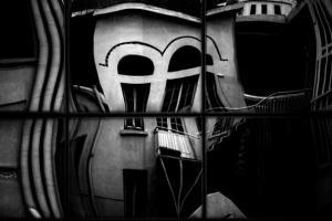 ασπρόμαυρη φωτογραφία / αντικατοπτρισμός σπιτιού σε τζάμια
