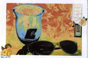 ζωγραφία στην οποία διακρίνεται ένα ζευγάρι γυαλιά ηλίου, ένα ποτήρι και μια φωοτγραφία ταυτότητας μέσα σ' αυτό