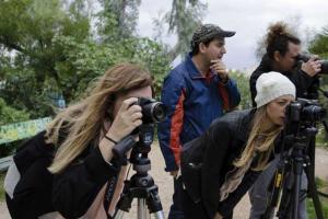 μαθητές φωτογραφίζουν σε εξωτερικό χώρο