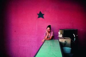 ποζ τοίχος με ένα αστέρι, πράσινος πάγκος, γυναίκα