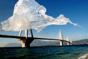 κομμάτι πλαστικού καλύμματος αιωρείται μπροστά απο τη γέφυρα Ρίου-Αντιρίου