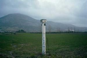 αρχαιοελληνική κολώνα με φως στη μέση λιβαδιού