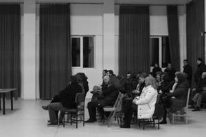 ασπρόμαυρη φωτογραφία / άνθρωποι στο χώρο της φωτογραφικής λέσχης Λάρισαςς