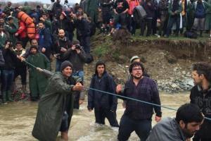 Πρόσφυγες προσπαθούν να περάσουν στην ΠΓΔΜ από την Ειδομένη, Καθαρά Δευτέρα 14 Μαρτίου 2016. ΑΠΕ-ΜΠΕ - φωτογραφία: Γιάννης Κολεσίδης