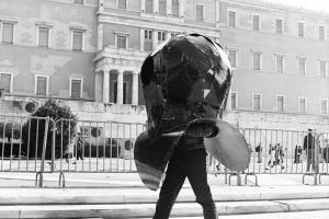 Διαδρομή-περιπλάνηση (2 Νοεμβρίου 2014) του Ν. Σεπετζόγλου στο κέντρο της Αθήνας, μπαίνοντας ο ίδιος στον «ρόλο» του έργου του On the shoulders of giants I have a diver down. Φωτογραφίες: Σπύρος Στάβερης