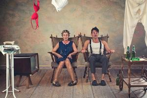 Home, άντρας και γυναίκα καθισμένοι σε πολυθρόνες, παλιά τηλεόραση, μπουγάδα, μπαράκι, σιδερώστρα
