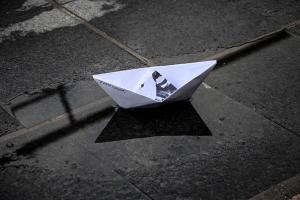 χάρτινο καραβάκι σε δρόμο με νερά