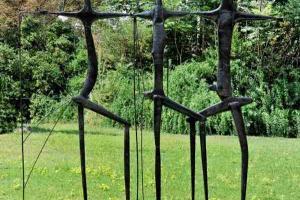 γλυπτό μεταλλική κατασκευή τοποθετημένο σε κήπο