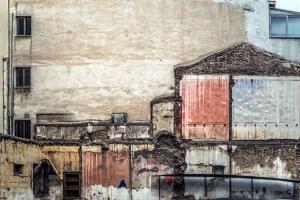 σκελετός και ίχνη παλιού κτιρίου πάνω σε άλλο