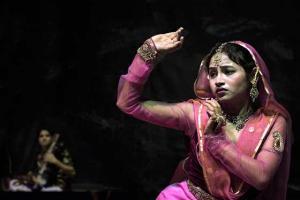 Ινδή κοπέλα με παραδοσιακή ινδική ένδυση χορεύει καθιστή