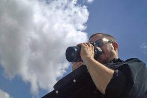 άντρας με φωτογραφική μηχανή φωτογραφίζει