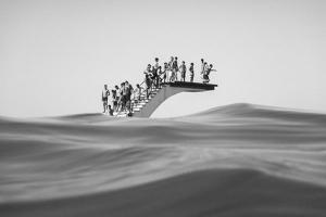 Φωτογραφία διαγωνισμού, υποβρύχια λήψη, παιδιά περιμένουν να πηδήξουν απο την εξέδρα στη θάλασσα