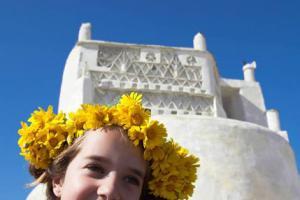 κορίτσ με στεφάνι λουλουδιών στα μαλλιά