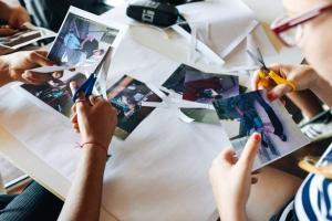 παιδιά κόβουν φωτογραφίες με ψαλίδια