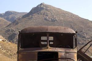 εγκαταλελειμμένο φορτηγό μέσα στο χώρο του μεταλλείου