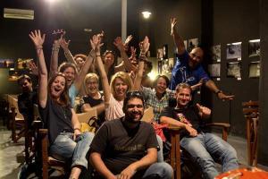 μαθητές φωτογραφίας με σηκωμένα τα χέρια προς την κάμερα