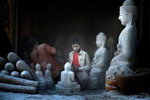 νεαροί κατασκευάζουν αγάλματα του Βούδα