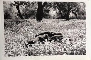 ασπρόμαυρη φωτογραφία εποχής, άνδρας ξαπλωμένος σε αγρό