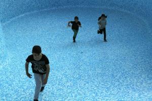 παιδιά τρέχουν σε άδεια πισίνα
