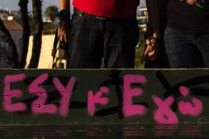 δύο άτομα κρατιούνται χέρι χέρι / φαίνονται απο την κοιλιά και κάτω / μπροστά τους με σπρέι γράφει εσύ κ εγώ