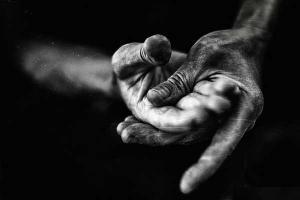 ασπρόμαυρη φωτογραφία δύο χεριών που τρίβονται μεταξύ τους