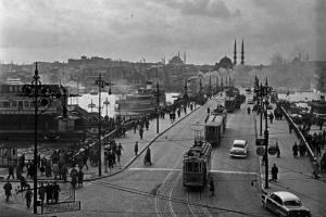 ασπρόμαυρο στιγμιότυπο απο την ταινία / εικόνα της Κωνσταντινούπολης