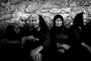 ηλικιωμένες γυναίκες συζητάνε