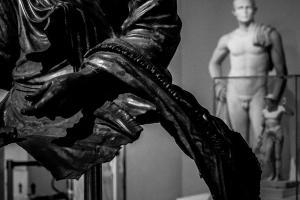λεπτομέρεια αγάλματος / αγαλμα στο βάθος