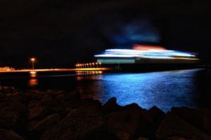 πλοίο στο λιμάνι τη νύχτα με τα φώτα στη θάλασσα
