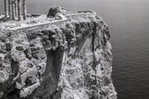 ασπρόμαυρη φωτογραφία, αρχαίο ναός σε νησί