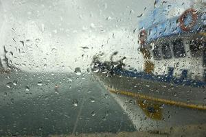 Νικήτρια φωτογραφία του διαγωνισμού, τζάμι με σταγόνες από βροχή, πλοίο
