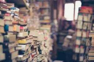 στοιβαγμένα βιβλία