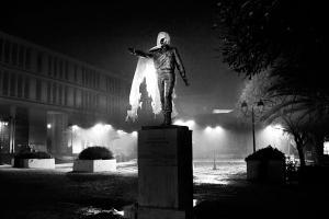 ασπρόμαυρη φωτογραφία, άγαλμα σκεπασμένο με ένα χαρτί