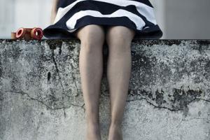 """ξυπόλυτη κοπέλα κρατάει μια κόκκινη κλωστή, """"Memory works both ways"""""""