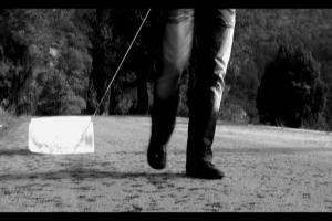 καρέ από το video εγκατάσταση / άντρας σέρνει πάγο