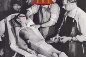 RIP Ronald / αφίσα απεικονίζει σκελετωμένο άνρθωπο και γύρω του γιατροί με barcode αι το σήμα των mac donalds