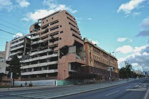 μισογκρεμισμένο κτήριο σε κεντρική οδό του Βελιγραδίου