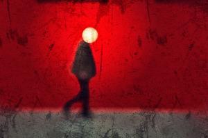 διαβάτης, στρογγυλο φως σε σχήμα φεγαριού στο σημείο του κεφαλιού, κόκκινος τοίχος
