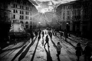 ασπρόμαυρη φωτογραφία ανθρώπων που περπατούν σε κάποια πλατεία