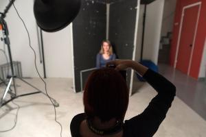 φωτογράφος σε στούντιο βγάζει φωτογραφία ένα μοντέλο