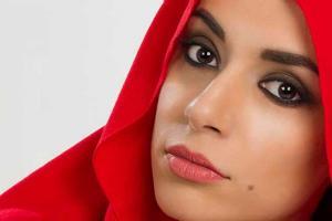 πορτραίτο γυναίκας με έντονα μαύρα μάτια και κόκκινο μαντίλι στο κεφάλι