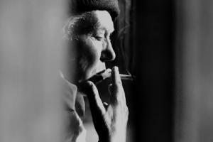 ασπρόμαυρη φωτογραφία, ηλικιωμένη γυναίκα καπνίζει