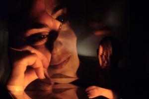 αντανάκλαση και φωτοσκιάσεις γυναικείου πορτραίτου
